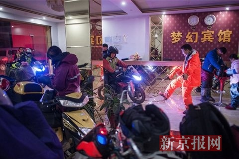 1月16日晚6时30分,随波逐流之一代军师txt骑行了20多个小时的摩托车大军进入酒店安顿,随波逐流之一代军师txt心情放松的牟安虎和同乡骑手开起玩笑。
