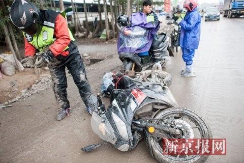 1月16日,在323省道上梧州市境内,一名骑手在被大货车超车时不慎摔倒。所幸身体并无大碍。