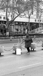 华商报宝鸡讯(记者 张宝龙)横穿马路时嫌隔离栏挡路,女子竟然徒手掰掉隔离栏,这是发生在宝鸡经二路的一幕不文明行为。