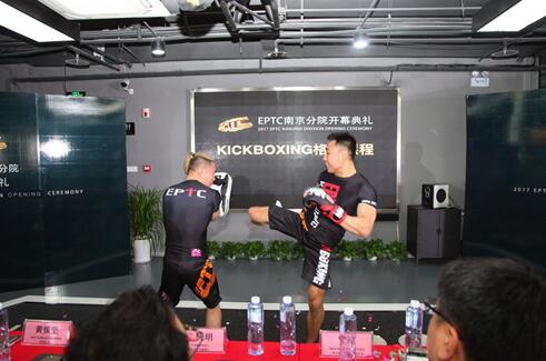 ▲EPTC导师现场展示KICKBOXING格斗课程。