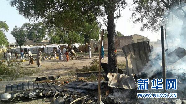 """这是1月17日在尼日利亚博尔诺州首府迈杜古里拍摄的被军机误袭后的难民营废墟。(""""无国界医生""""供图)据尼日利亚军方17日消息,尼军机当天在东北部博尔诺州首府迈杜古里对极端组织""""博科圣地""""实施打击时误袭当地一难民营。无国界医生组织说误袭事件已造成52人死亡、120人受伤。新华社/美联"""