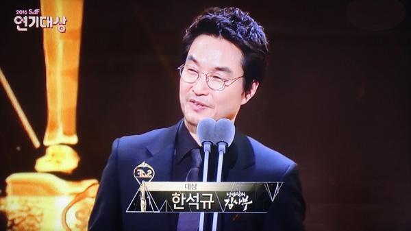 """韩石奎凭借在剧中的""""金师傅""""一角拿下本年度的SBS演技大赏。"""