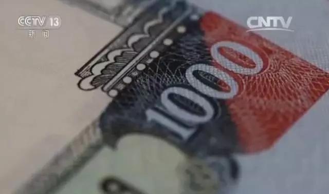 南昌印钞有限公司总司理李政引见,在1000卢比的印制进程中,版、墨、纸、线、印刷技能的集玉成副选用国产化,岂但对咱们的技能是考证,也是对咱们归纳气力的查验。这次定时优良的完结首批交货,也是我国的印钞造币规范走向国际的榜首步。