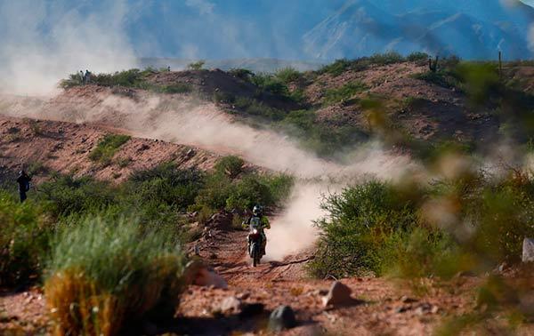 摩托车手在比赛中
