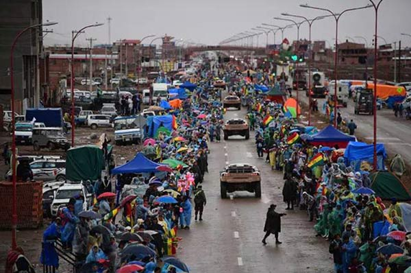 2017年达喀尔拉力赛标致车队在市区行进引来大量车迷围观