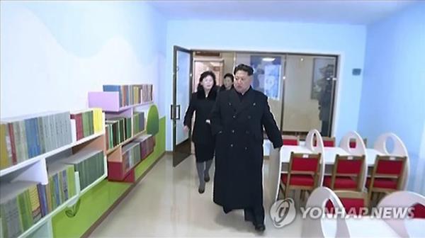 1月17日,朝鲜中央电视台播出的纪录电影出现金正恩走路不便的画面。