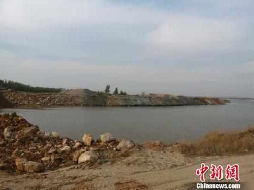 资料图:河北滦河河道被倾倒大量碎石,将河道拦腰截断。 肖光明 摄