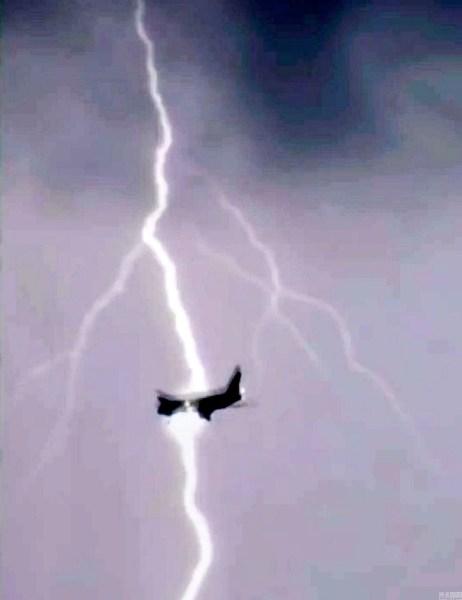 实拍俄罗斯客机高空遭雷击 场面惊险