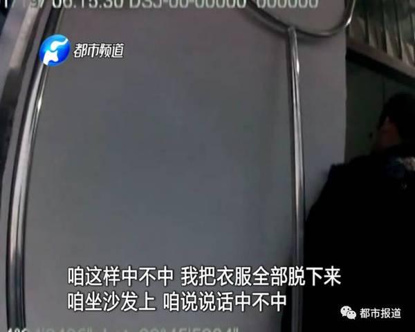 大队长海彪趁嫌疑人不备,拿起钢叉迅速控制住他的腰部,同时几名民警一起上前,使用盾牌控制住嫌疑人持刀的左手,将刀具用力夺下,成功将嫌疑人控制。