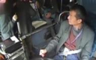 女孩公交被偷 司机下车抓贼