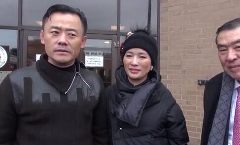 周立波与妻子胡洁20日步出法庭后,声称枪是合法的,车上也没毒品
