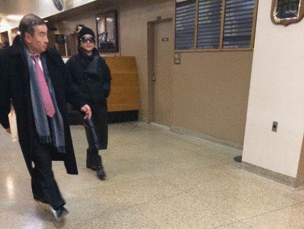 周立波的妻子胡洁和律师莫虎到长岛法院保释周立波
