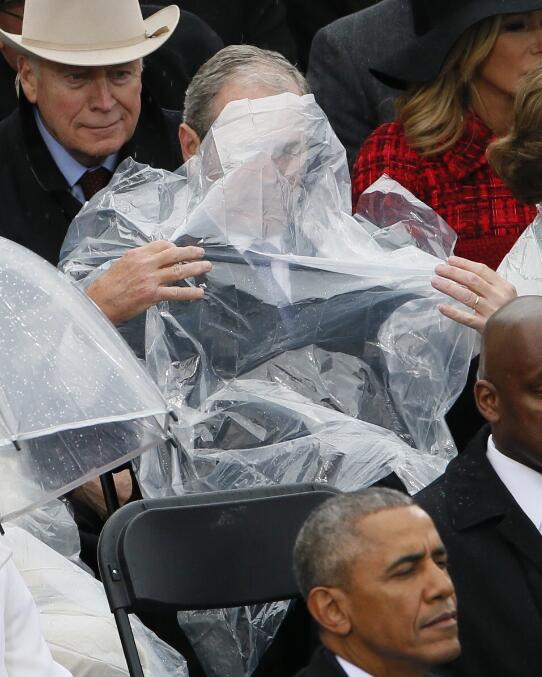 美国网友:他一定是为自己出现在特朗普的队伍中感到羞愧,所以用塑料雨衣套住了头。