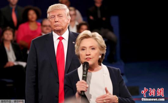 特朗普的竞选对手,民主党候选人希拉里应邀与丈夫克林顿,作为美国前总统和前第一夫人,一同出席特朗普就职典礼。这是特朗普和希拉里在11月8日大选后两人首次一同公开露面。
