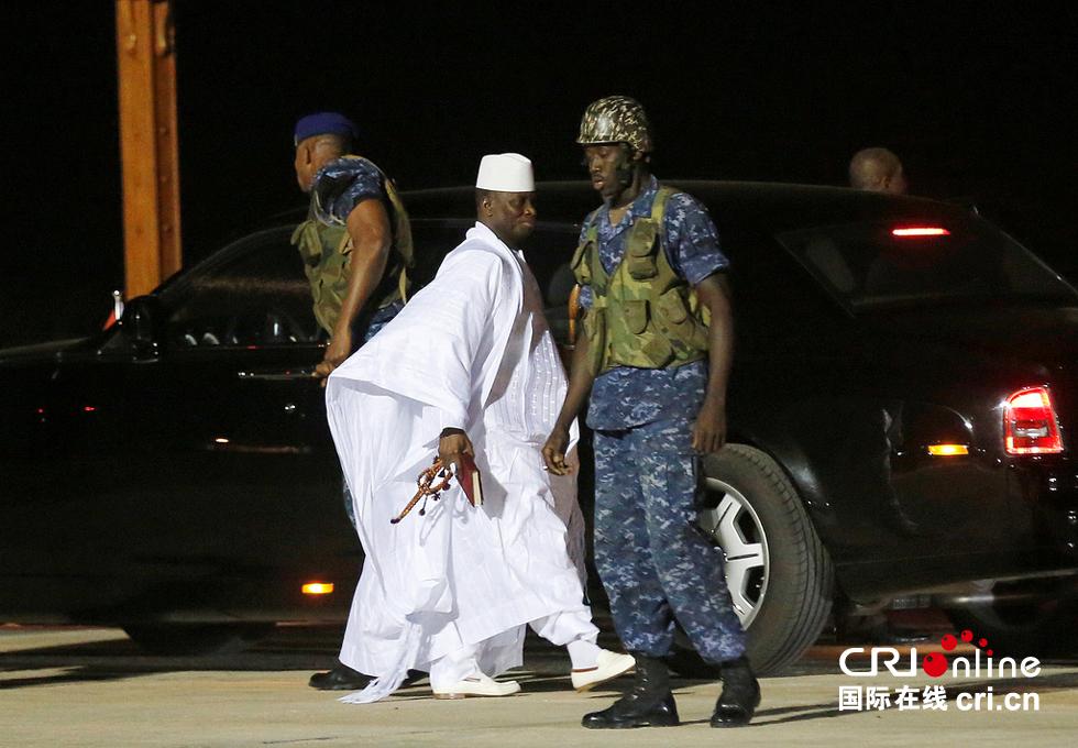 当地时间2017年1月21日,冈比亚班珠尔,冈比亚前总统叶海亚・贾梅从机场乘机离开,开始流亡。视觉中国