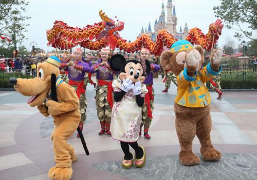 1月11日,迪士尼卡通人物在巡回扮演中与观众交互。新华社记者 丁汀 摄