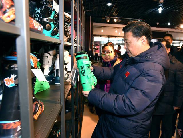 """【习近平雪场关爱""""冰雪少年""""】23日上午,习近平来到崇礼区云顶滑雪场考察北京冬奥会筹办工作。一群穿着滑雪服、戴着雪帽雪镜、脚踩雪板的""""冰雪少年""""吸引了总书记的目光。""""这是姑娘还是小子啊,带着头盔看不出来了。""""""""你从哪里来呀?这么小就来学滑雪啊。""""""""开心吗?开心就好!""""总书记关切地询问孩子们的情况。得知他们是来参加滑雪冬令营的,习近平向教练了解了孩子们学习滑雪、食宿等情况。他嘱咐孩子们在滑雪运动中既勇于挑战,又注意安全。总书记强调冰雪运动要从孩子抓起,希望将来能从他们中间出现一批优秀运动员。"""