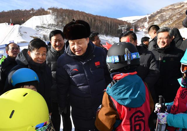 【习近平:借筹办北京冬奥会东风,把中国的冰雪运动蓬勃开展起来】在云顶滑雪场训练场地,习近平看望了正在集训的国家滑雪队运动员,了解雪上技巧、空中技巧等项目训练情况。总书记肯定了运动员们刻苦训练、勇攀高峰的精神。他指出,要看到,我们冰雪项目还有短板,需要加快补。要借筹办北京冬奥会的东风,把我们的冰雪运动普遍开展起来。看着面前这些年轻运动员,总书记勉励他们科学训练、快马加鞭,在北京冬奥会上取得优异成绩。习近平说:人生能有几回搏!寄希望于你们,寄希望于我们的青少年。努力吧!