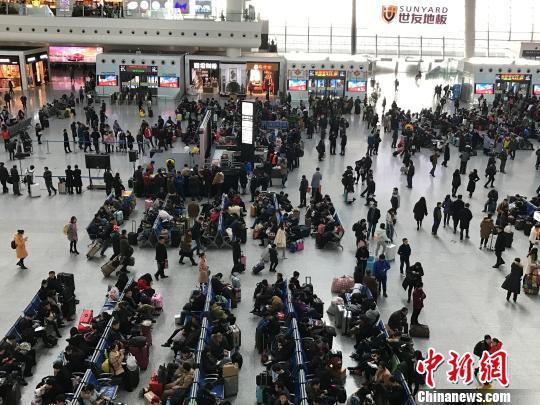 春运期间的杭州火车东站。 施佳秀 摄