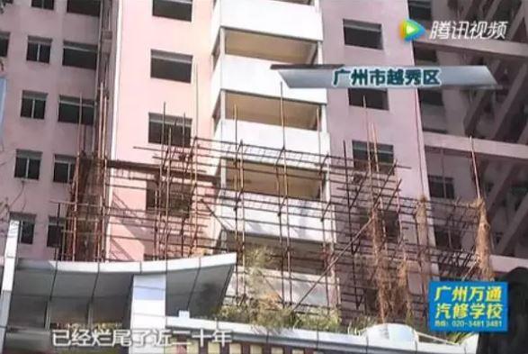 尽管外观与普通住宅楼无异,但记者发现楼下的入口封闭着,许多施工材料堆积在一边。1997年便在此购房的业主孙先生已经等待20年,等到头发都白了都未能入住。