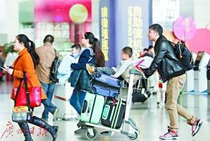 春运期间,乘客在白云机场赶飞机。
