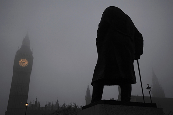 伦敦,丘吉尔的雕像隐没在雾霾中。