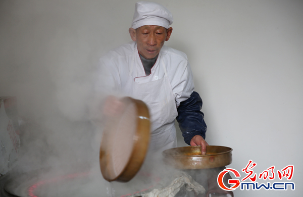 """手工艺作坊火起来,四留固村粉皮坊里正在忙碌的""""工匠""""师傅。(光明图片 吴劲珉/摄)"""