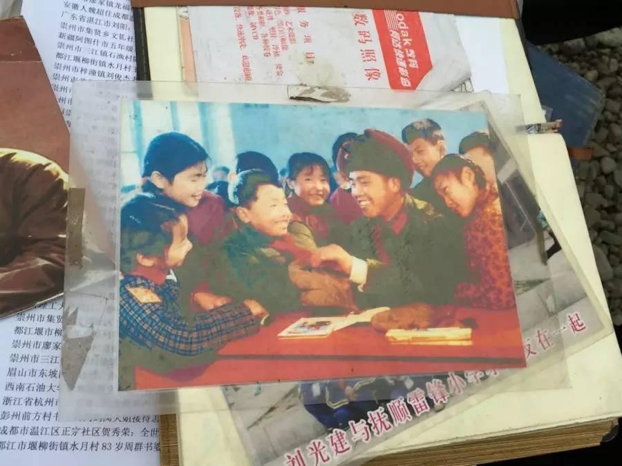 刘光建为小学生系红领巾。1973年前后,曾为雷锋拍摄过200多张照片的摄影师张峻也曾为刘光建拍照。新京报记者张维 翻拍