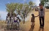 旅者游走非洲险困原始部落