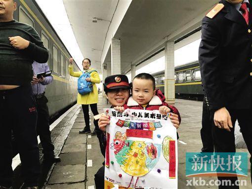 4岁半儿子拿着画作送给妈妈刘钟。
