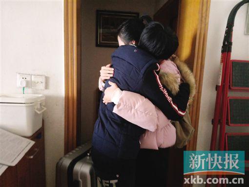 张同学回家后,和久未见面的弟弟抱在了一起。