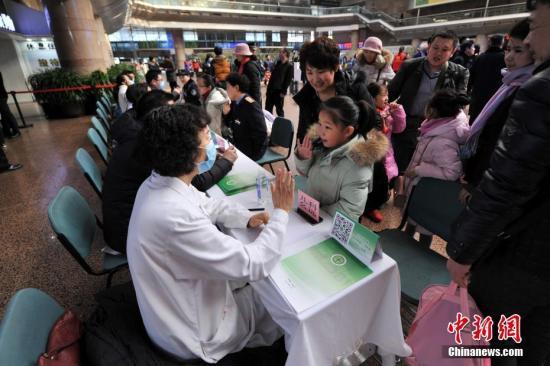 资料图:北京西站春运邀各大医院专家为旅客义诊。中新网记者 金硕 摄