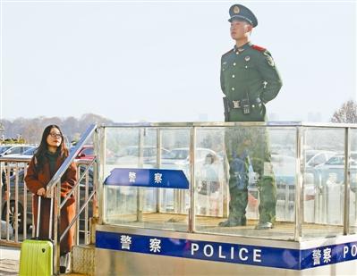 女大学生在南京火车站认出入伍同学执勤,寒风中陪站半小时