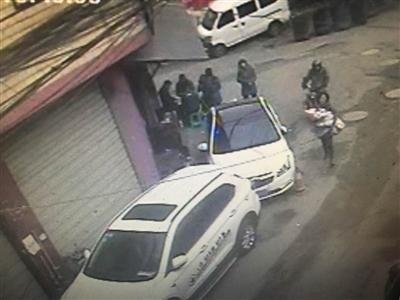 监控发现,嫌疑人将孩子从家中抱走。