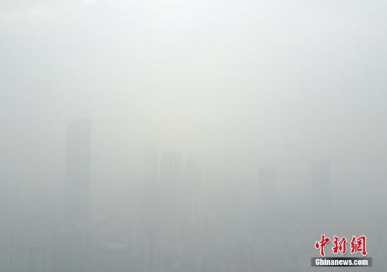 资料图 航拍雾霾笼罩的南京市区 中新社记者 泱波 摄