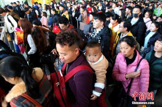 资料图 昆明火车站候车室里准备进站的旅客 中新社记者 李进红 摄
