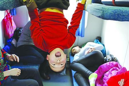 """2017年1月22日9时29分,上海南至成都的K4663次列车缓缓驶离站台,孩子们在家长的带领下踏上了近46小时的旅程,去迎接2017年农历鸡年。归途是辛苦的,期间,顽皮的孩子在车厢内练起了倒立、嘴馋的孩子在车厢内争吃盒饭,无聊的孩子在车厢内观摩""""三国杀""""……回家对于他们而言,可能只是一次旅游;过年,对于他们而言能穿新衣、能看烟花、能收红包……"""