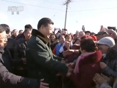 离开德胜村时,闻讯赶来的村民们围过来给总书记问好,拜年,还舞起了彩龙,扭起了秧歌。