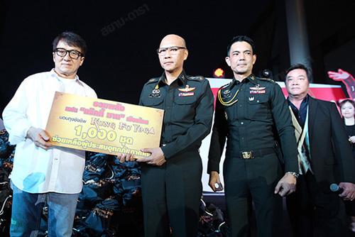 《功夫瑜伽》泰国宣传成龙给泰国受灾民众捐钱