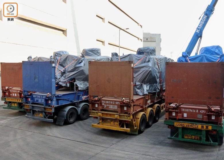 多辆装有装甲车的货车准备离开/来源:东网