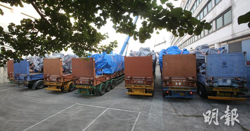 香港政府归还新加坡9辆装甲车 运往货柜码头