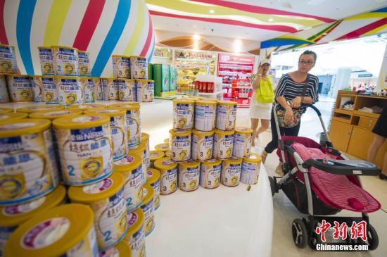 资料图:游客在海南三亚海棠湾免税购物中心选购免税奶粉。中新社发骆云飞 摄
