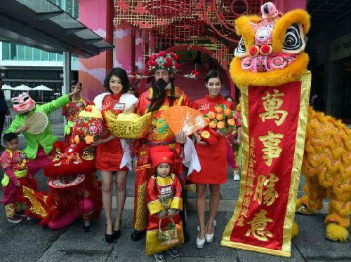 参阅消息网1月27日报导台媒称,一项考察显现,香港人在本年阴历年发红包的金额较从前大方,也是近9年来最大方的一次。