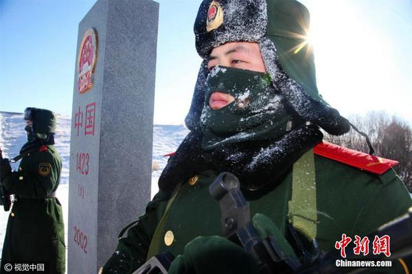 原文配图:内蒙古公安边防总队官兵冒着严寒对中蒙界河进行徒步巡查。