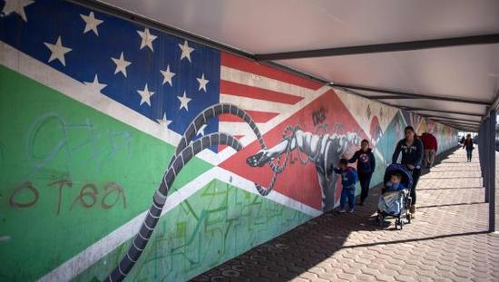 """当地时间2017年1月25日,墨西哥提华纳,美墨边境""""隔离墙。 视觉中国 图"""