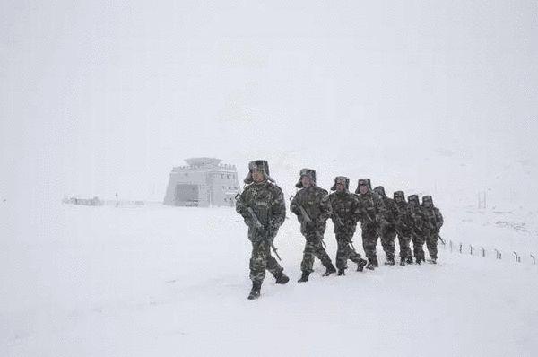1月25日,新疆塔什库尔干县,在帕米尔高原海拔5100米的红其拉甫口岸,副政委孔祥成带着官兵们在边境巡逻。