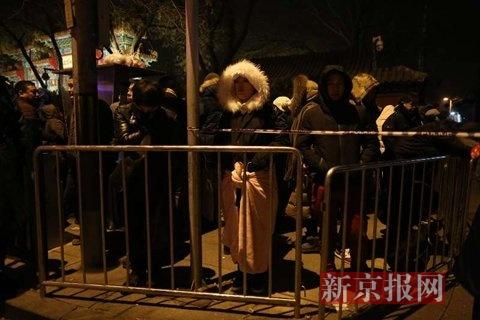 小年月朔早5点,市民在雍和宫西门外有序列队。