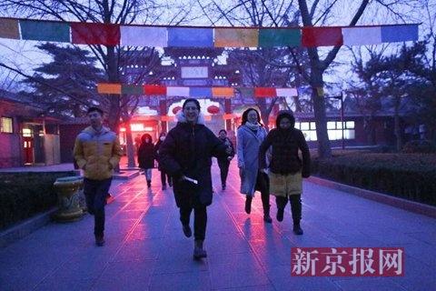 早7点,排在步队最前线的市民奔驰着冲向正殿。
