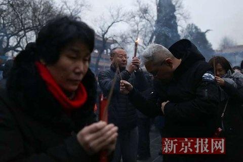 市民在雍和宫烧香祈福。