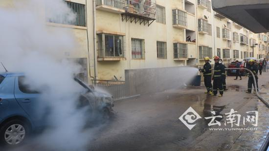 经过消防官兵近半个小时奋力扑救,大火被成功扑灭,但小车已被烧成空壳。